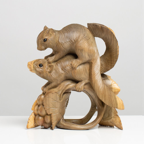 Eichhörnchenpaar auf Ranke...