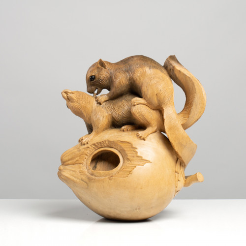 Eichhörnchenpaar auf Nuss |...