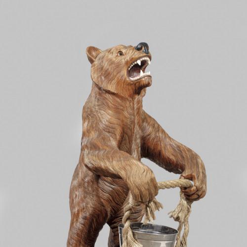 Bärenskulptur mit Eimer