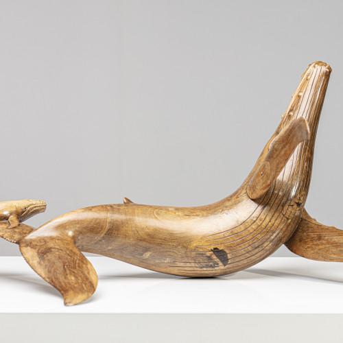 Walskulptur mit Kalb